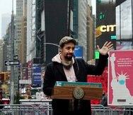 El actor Lin-Manuel Miranda da un discurso en Times Square después de dar un recorrido en la inauguración del centro de vacunación COVID-19 Broadway en Nueva York el lunes 12 de abril de 2021. (Foto AP/Richard Drew)