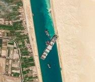 En esta imagen del 28 de marzo de 2021, una fotografía de satélite de Planet Labs Inc. muestra el carguero MV Ever Given atascado en el Canal de Suez, cerca de Suez, Egipto.