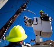 """Gu‡nica, San Juan, Puerto Rico, Enero 8 2020 - PR HOY / TUS NOTICIAS - FOTOS para ilustrar una historia sobre el terremoto (temblor) de magnitud 6.4 que sacudi— a Puerto Rico en la madrugada del martes y los d'as subsiguientes. EN LA FOTO funcionarios de la Autoridad de Energ'a ElŽctrica (AEE) trabajando en el recogido de transformadores que se afectaron o se cayeron de los postes en el centro del pueblo de Gu‡nica.  FOTO POR:  tonito.zayas@gfrmedia.comRamon """" Tonito """" Zayas / GFR Media"""