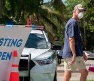 Un hombre sale de haberse hecho una prueba de COVID-19 en un laboratorio peatonal en  Miami-Dade.