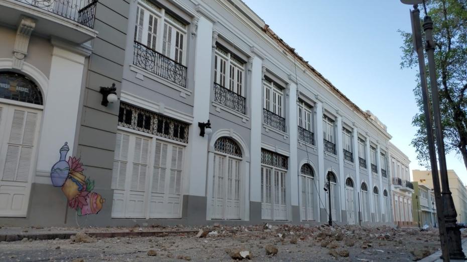 Edificios en el pueblo de Ponce perdieron parte de sus techos, y los pedazos terminaron en las calles.