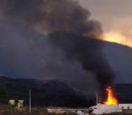 Una casa se quema cuando la lava del volcán Cumbre Vieja la alcanza.