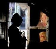 Una mujer recibe suministros durante la cuarentena en Buenos Aires, Argentina. (AP)