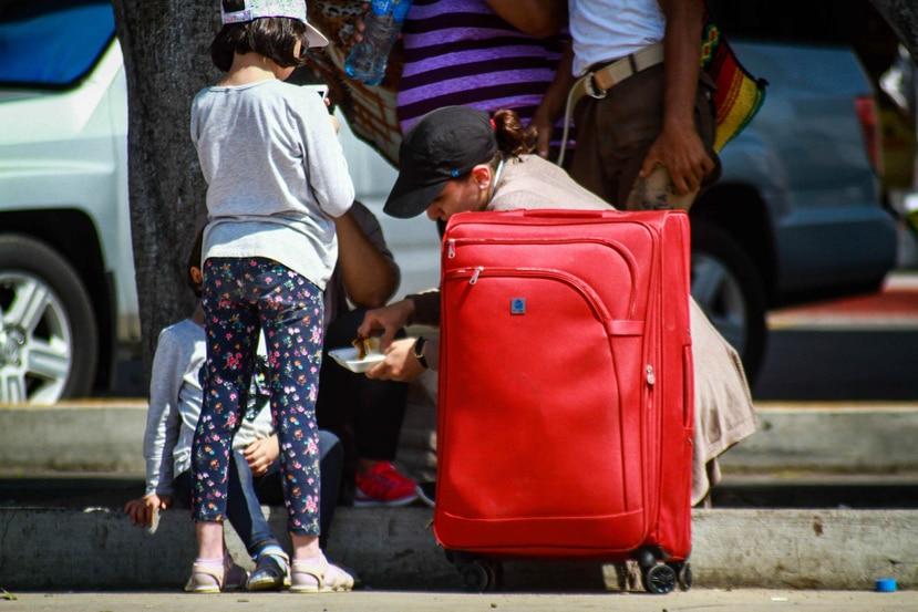 Familias inmigrantes esperan poder ingresar a Estados Unidos luego de su arribo a Tijuana, estado de Baja California, México. (EFE)