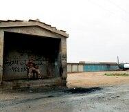 Un miembro de las fuerzas kurdo-árabes vigila un puesto de control en la población de Marqadah, situada en la provincia siria de Deir al Zur.