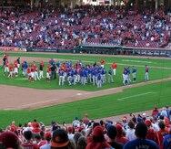 Javier Báez discute con el lanzador Amir Garrett durante victoria de los Cubs sobre los Reds