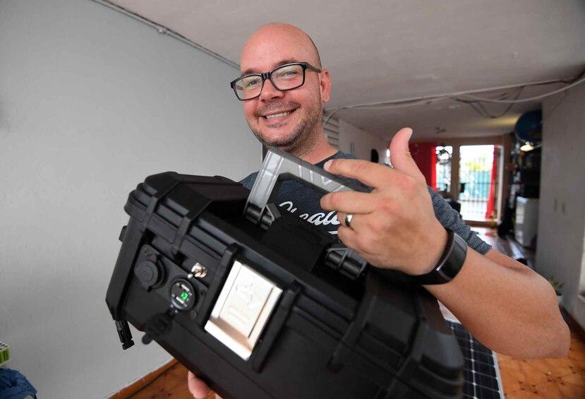 Javier Camacho muestra uno de sus generadores solares en su residencia en Toa Baja.