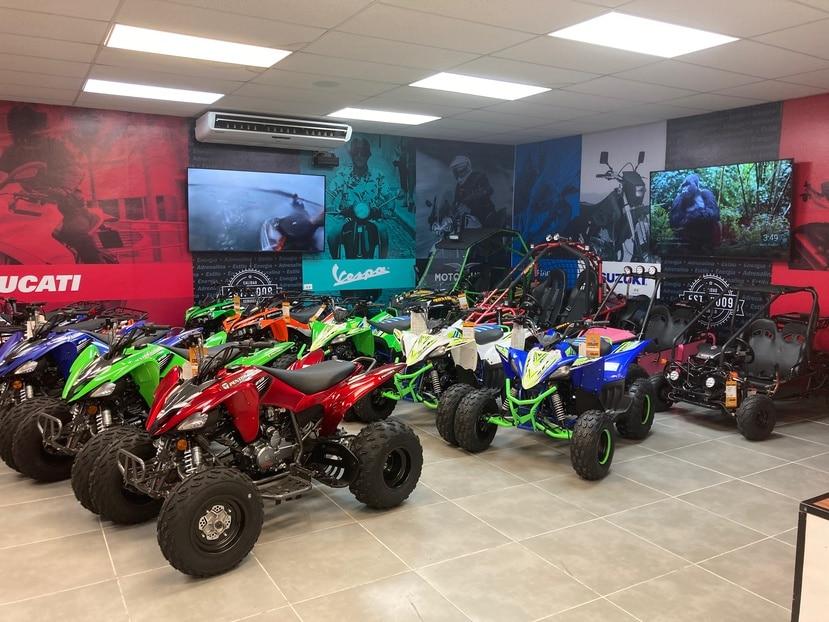 Parte del inventario de motoras y vehículos que tendrán a la venta en la nueva tienda Power Sports en Hatillo.