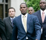 Una acusación separada presentada contra R. Kelly (centro) en el distrito este de Nueva York incluye cargos de asociación delictiva, secuestro, trabajo forzoso y explotación sexual de una niña.