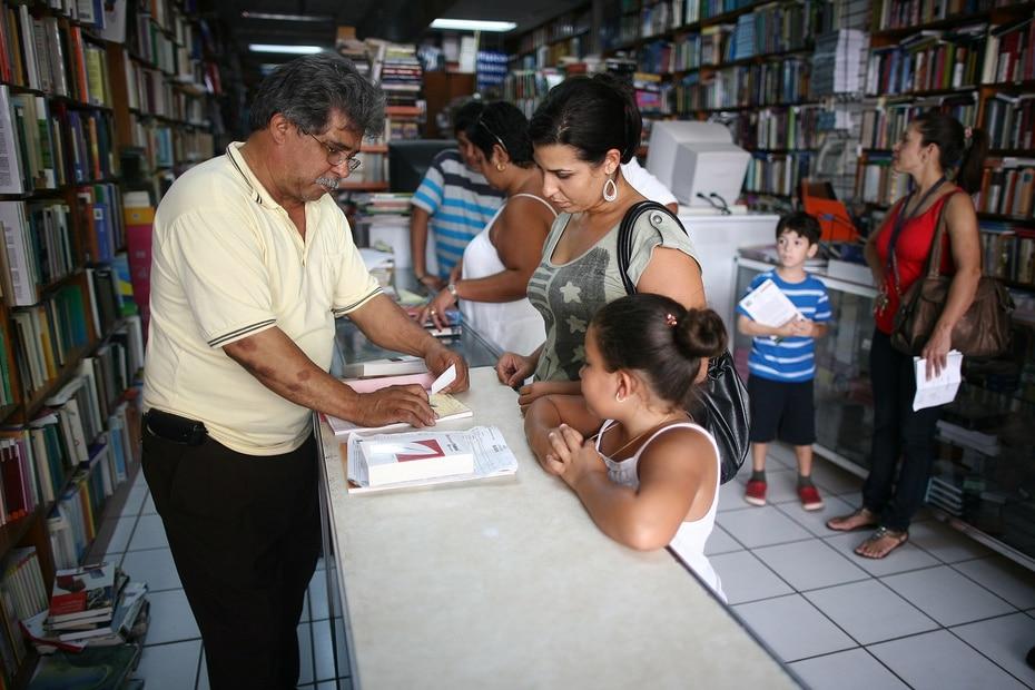 Sus hijos Rosa, Javier, Laura y Norberto también están involucrados en el negocio de la librería.