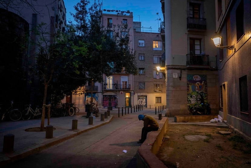 En esta imagen del viernes 20 de marzo de 2020, Gana Gutiérrez se sienta en una calle vacía en Barcelona, España. (AP)