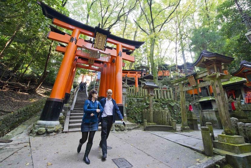 Turistas caminan entre las miles de columnas naranjas del templo de Fushimi Inari en Kioto, Japón. (EFE/Everett Kennedy Brown)