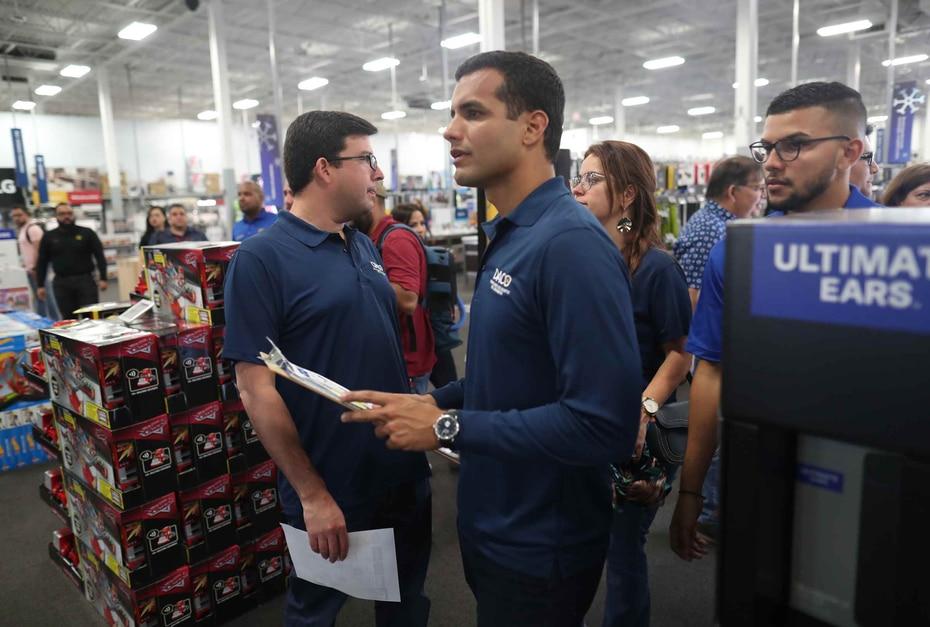 El secretario del Departamento de Asuntos del Consumidor (DACO, Michael Pierluisi, estuvo presente en Best Buy para velar por el cumplimiento de las leyes.