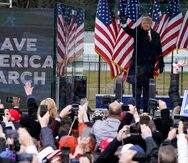 El presidente Donald Trump llega para hablar en un mitin el miércoles, 6 de enero de 2021 en Washington, momentos antes que se saliera de control.
