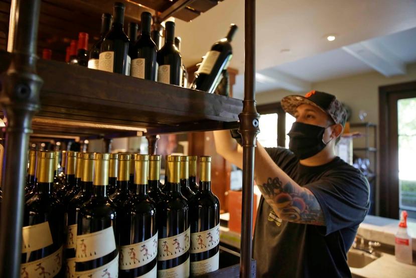 El uso de las barras en restaurantes estará condicionado a que los dueños de los negocios apliquen todos los protocolos de distanciamiento y seguridad sanitaria necesarios para poder operar. (AP)