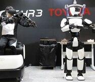 El robot T-HR3 de Toyota es controlado remotamente por una persona en una demostración en Tokio (AP).