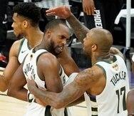 Giannis Antetokounmpo (izquierda), Khris Middleton y P.J. Tucker celebran durante la segunda mitad del Juego 5 de las Finales de la NBA contra los Suns de Phoenix.