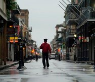 Un hombre camina sobre la calle Bourbon en el distrito francés antes de la llegada del huracán ida, el domingo 29 de agosto de 2021, en Nueva Orleans. AP Foto/Eric Gay)