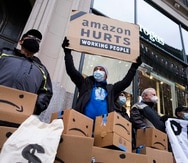 New York (United States), 02/12/2020.- People gather outside of the building where Amazon CEO Jeff Bezos owns an apartment for a protest against the company's treatment of its workers in New York, New York, USA, 02 December 2020. Amazon reportedly tripled profits during the third quarter of this year but workers in the company's warehouses claim they have been provided insufficient health protections and minimal pay increases. (Protestas, Estados Unidos, Nueva York) EFE/EPA/JUSTIN LANE