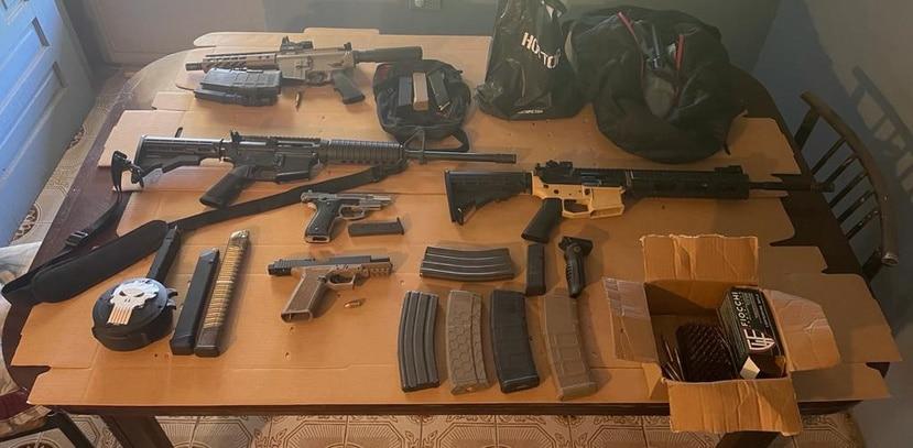 Como parte del allanamiento, los oficiales ocuparon tres rifles basados en la plataforma AR-15, dos pistolas semiautomáticas, un chaleco antibalas, cientos de municiones y los cargadores de las respectivas armas.