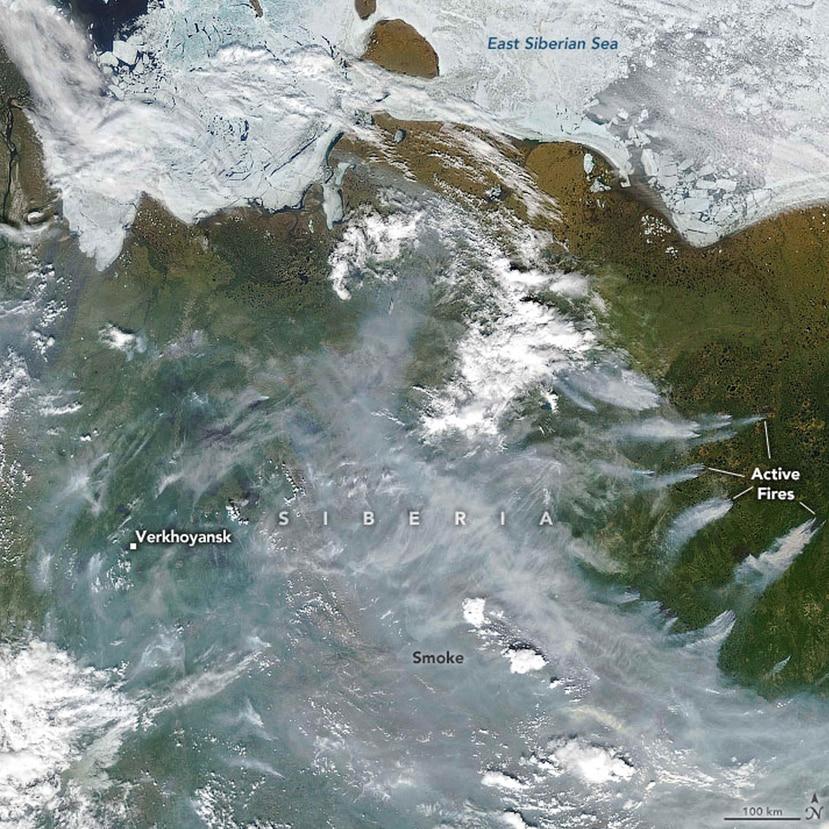 Esta imagen de satélite muestra la densa capa de humo provocada por los incendios forestales en Siberia. (NASA)