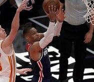 Russell Westbrook, de los Wizards de Washington, deja atrás a Kevin Huerter, de Atlanta, para colar un canasto.