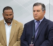 Desde la izquierda, Carlos Sánchez, representante de la unión, y el empresario Hernán Ayala durante una conferencia de prensa en La Fortaleza.