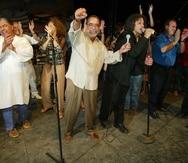 Desde la izquierda, Roy Brown (semioculto), Danny Rivera, Tony Croatto, Josy Latorre, Andy Montañez, Carlos Esteban Fonseca, Jerry Rivas, Irvin García, Charlie Aponte y Domingo Quiñones en un acto en Vieques en 2003.