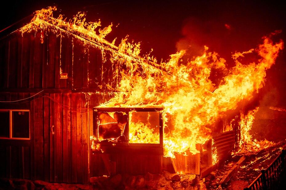 Los incendios forestales al norte de California amenanzan con destruir miles de residencias. En la foto un incendio consume una casa en la zona Berry Creek del condado de Butte, California.