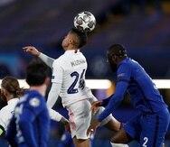Mariano Díaz, centro, del Real Madrid, remata de cabeza durante el juego de vuelta de las semifinales de la Liga de Campeones ante el Chelsea.