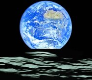 . Space (---), 12/10/2015.- A handout picture made available by NASA on 19 December 2015 shows a composite image of a unique view of Earth captured by NASA's Lunar Reconnaissance Orbiter (LRO) from the spacecraft's vantage point in orbit around the moon, 12 October 2015. In the image, Earth appears to rise over the lunar horizon from the viewpoint of the spacecraft, with its center just off the coast of Liberia (at 4.04 degrees North, 12.44 degrees West). The large tan area in the upper right is the Sahara Desert, and just beyond is Saudi Arabia. The Atlantic and Pacific coasts of South America are visible to the left. This image was composed from a series of images taken on 12 October, when LRO was about 134km above the moon's farside crater Compton. EFE/EPA/NASA/GODDARD/ARIZONA STATE UNIVERSITY HANDOUT EDITORIAL USE ONLY -----