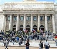 Decenas de exempleados de la AEE protestan en las escalinatas del Capitolio.