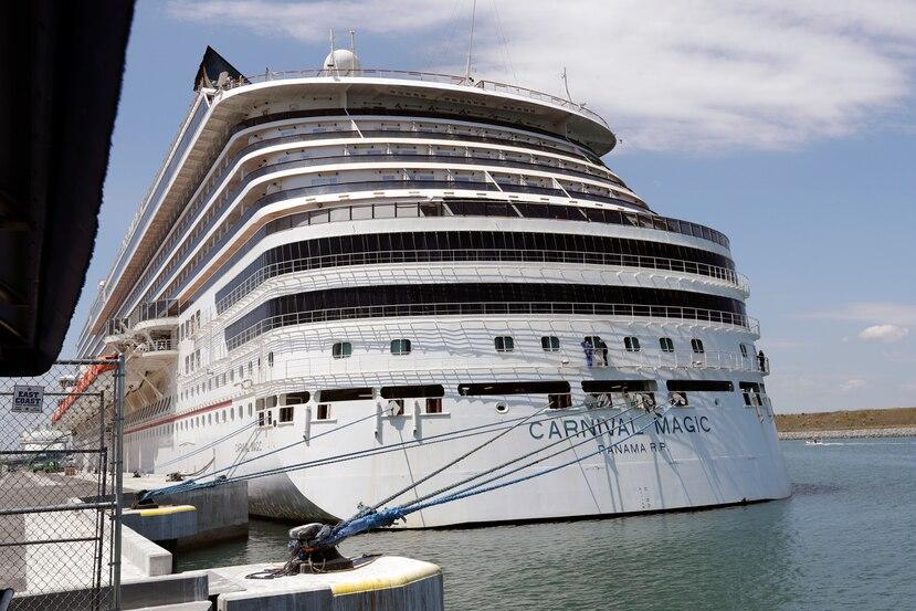 El barco Carnival Magic, de la empresa de cruceros Carnival, anclado en Port Canaveral, Florda, el 4 de abril de 2020.