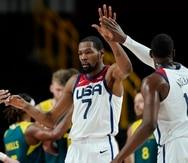Kevin Durant celebra con sus compañeros luego de anotar frente a Australia.
