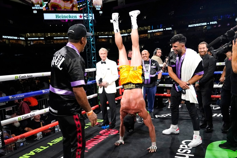 """Logan Paul hace un """"hand stand"""" al culminar su pelea de exhibición contra Floyd Mayweather."""
