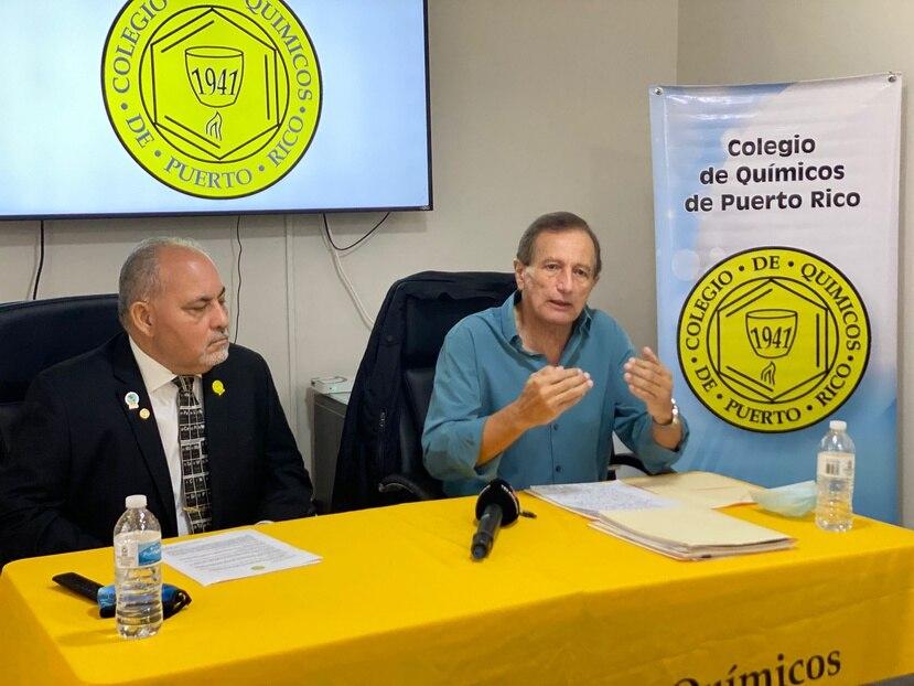 En la foto, de izquierda a derecha, el presidente del Colegio de Químicos, Luis Cordero, y el asesor científico Osvaldo Rosario, durante la conferencia de prensa el miércoles, 29 de septiembre de 2021.