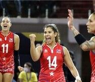 La capitana de la Selección Nacional Natalia Valentín celebra un punto junto a sus compañeras contra República Dominicana.