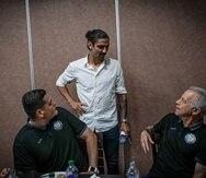 Zarek Valentín conversó a su llegada al hotel del equipo con el entrenador Dave Sarachan.