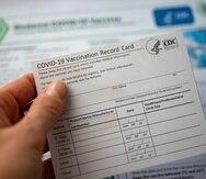La tarjeta suministrada el día de la vacunación identifica la vacuna administrada y la fecha para la dosis subsiguiente.