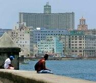Dos hombres observan la vista mientras descansan sentados en el Malecón de La Habana. (GFR Media)
