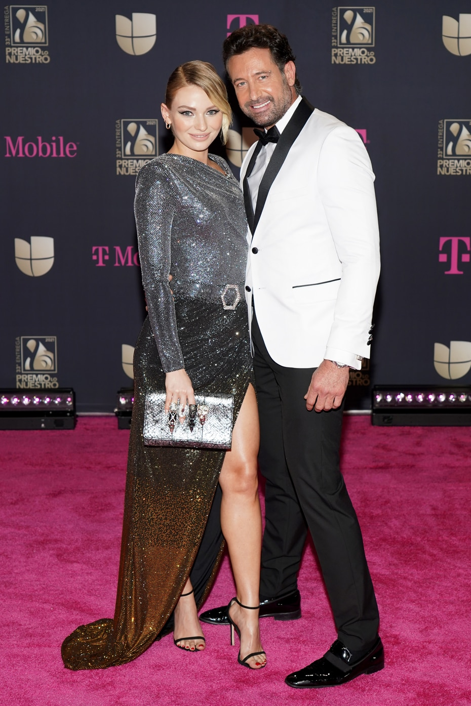 Irina Baeva y Gabriel Soto, quienes protagonizan una de las nuevas telenovelas de Univision, posaron juntos a su llegada a la alfombra magenta.