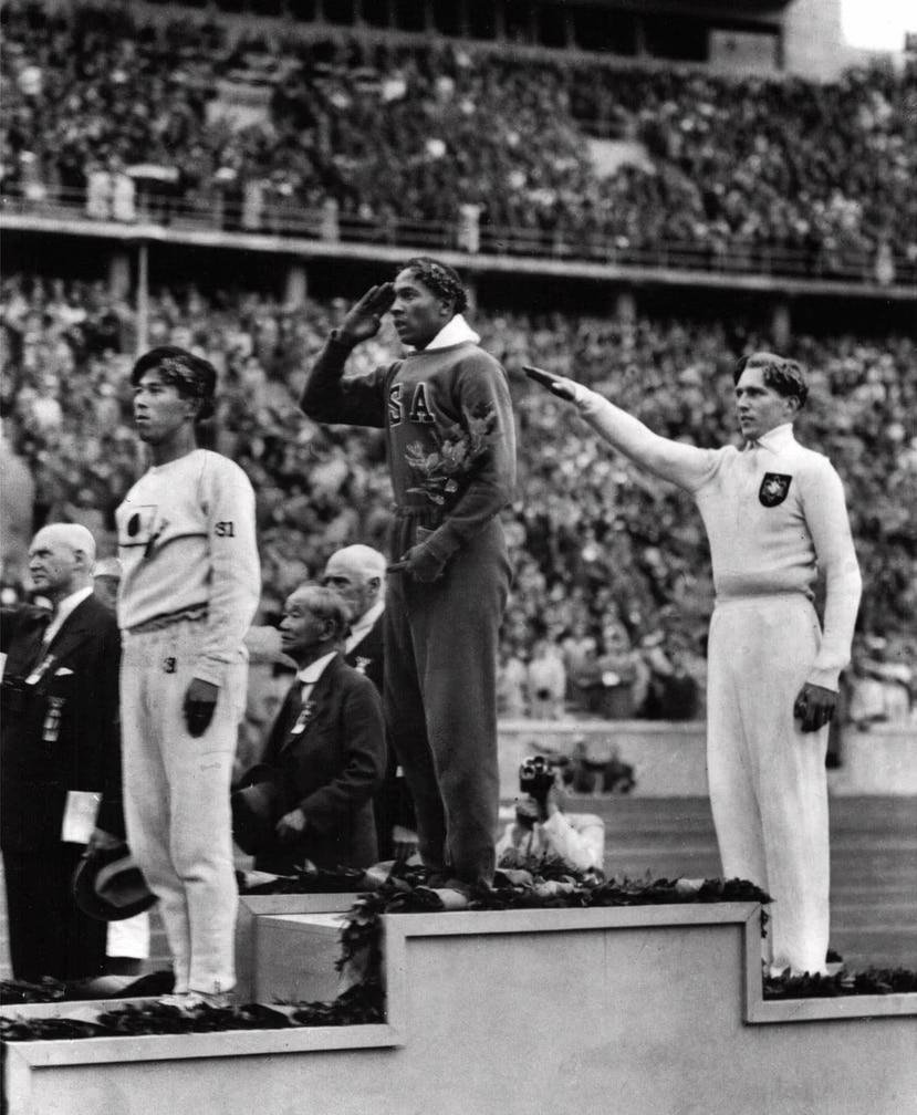 El estadounidense Jesse Owens (centro) venció al alemán Lutz Long (derecha) en las Olimpíadas de Berlín 1936, usadas por Adolfo Hitler para mostrar al mundo los logros de la Alemania nazi. (AP)