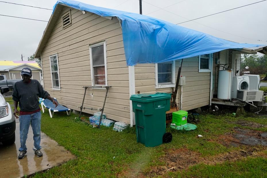 Ernest Jack muestra los daños que sufrió su residencia en Lake Charles y la carpa azul que cubre parte del techo que el huracán Laura arrancó. Jack se preparaba para la llegada del huracán Delta.
