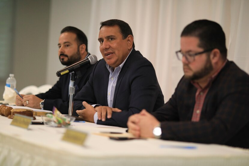 Al centro, el presidente de la Asociación de Alcaldes, José Román, junto a Nelson Torres, de Guayanilla, y Luis Hernández, de Villalba.