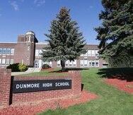 Esta fotografía de septiembre de 2021 muestra el exterior de la secundaria Dunmore, en Dunmore, Pensilvania.