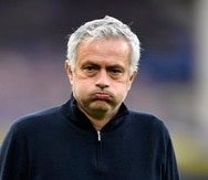El ahora ex técnico de Tottenham, José Mourinho, resopla previo a un partido contra Everton en la Liga Premier inglesa.