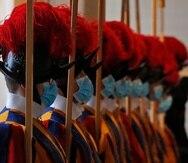 Miembros de la Guardia Suiza portan mascarillas en el Vaticano.