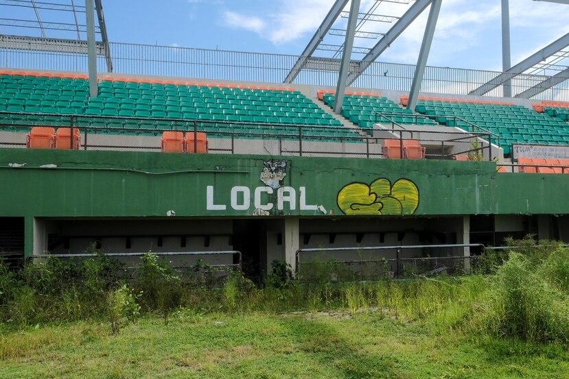 El dugout local de la instalación demuestra el deterioro de los pasados dos años.