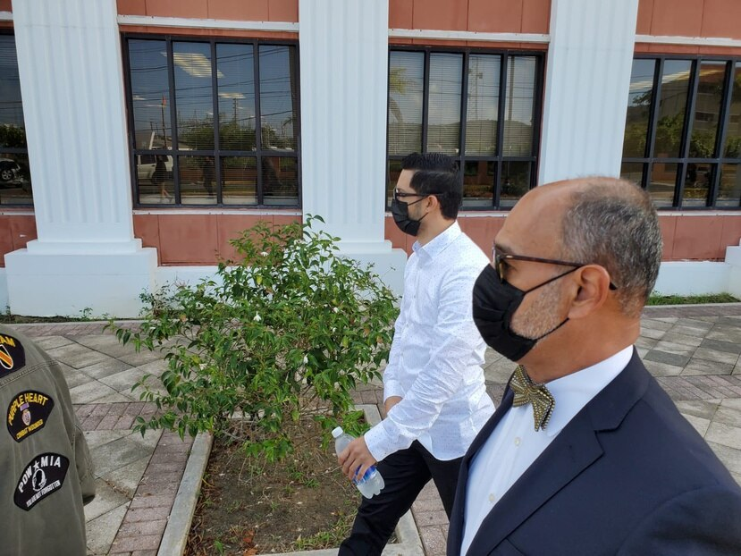 Jensen Medina y su abogado Jorge Gordon Menéndez a su salida del tribunal de Fajardo.