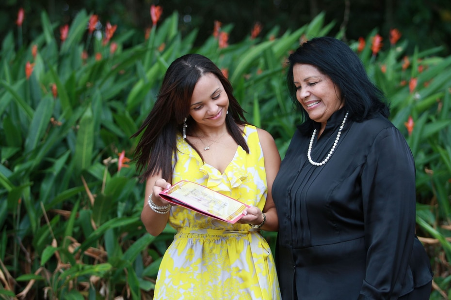 Zabala junto a una de sus nietas Christina Michel en el 2012.